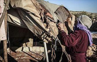 İdlibli aileler çürüyen çadırlarını yamayarak soğuktan korunmaya çalışıyor