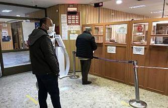 Edirne'de sokağa çıkma kısıtlamasından muaf vatandaşlar vergi dairesinde yoğunluk oluşturdu