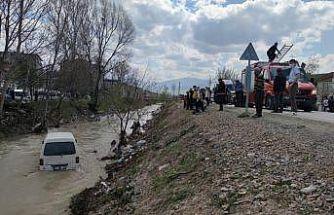 Bursa'da dereye düşen minibüste mahsur kalan kişi kurtarıldı