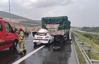 Bursa'da tıra çarpan otomobilin sürücüsü hayatını kaybetti