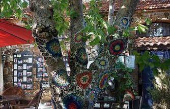 Kazdağları'nın ağaçları örgüler ve desenli kumaşlarla süsleniyor