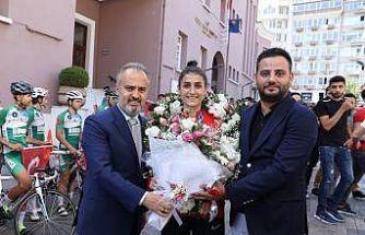 Tokyo 2020'de bronz madalya kazanan milli tekvandocu Hatice Kübra İlgün, Bursa'da coşkuyla karşılandı