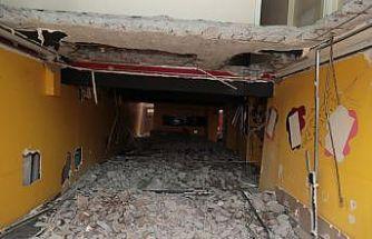 Kocaeli'de Marmara Depremi'nde ağır hasar gören binaların yıkımı devam ediyor