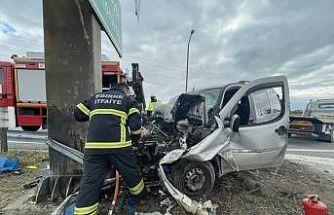 Edirne'de bariyerlere çarpan hafif ticari aracın sürücüsü yaralandı