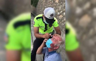 Sakarya'da gözünden rahatsızlanan tır şoförüne trafik polisi damla damlattı