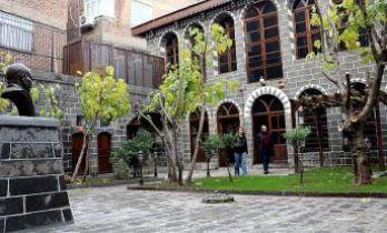 Teröristlerin yaktığı müze kapılarını açtı