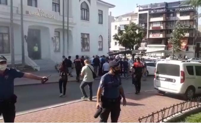 Bakacak çaycısı Bursa Valiliği önünde kendini yaktı!