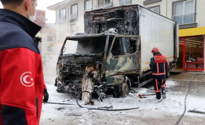 Sakarya'da market ürünleri yüklü kamyon yandı