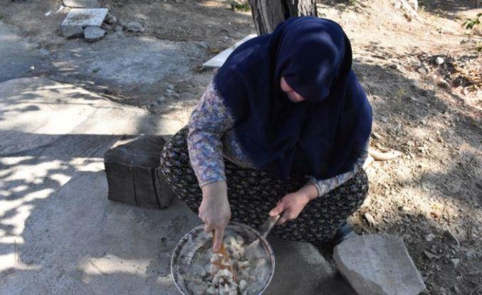 Bilecik'te düğünlerin lezzeti nişasta helvası geleneksel yöntemlerle hazırlanıyor