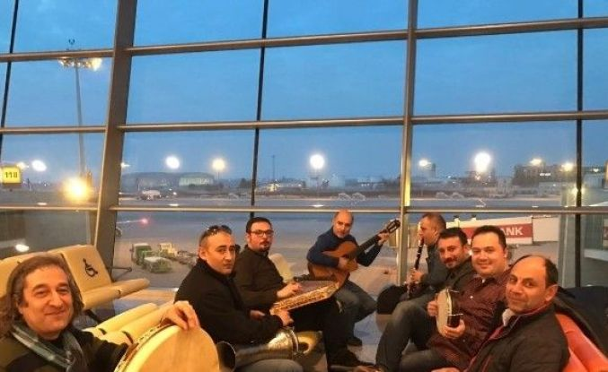 Hava Limanında Konser Verdiler!