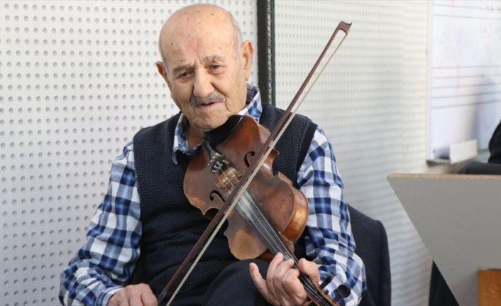 Asırlık müzik aşığı 35 yıldır koroda keman çalıyor