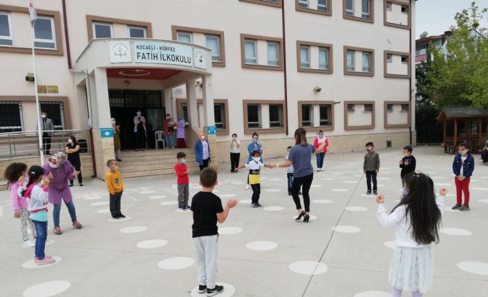 Öğrencilere okulu sevdirmek için müzik eşliğinde oyun oynadılar