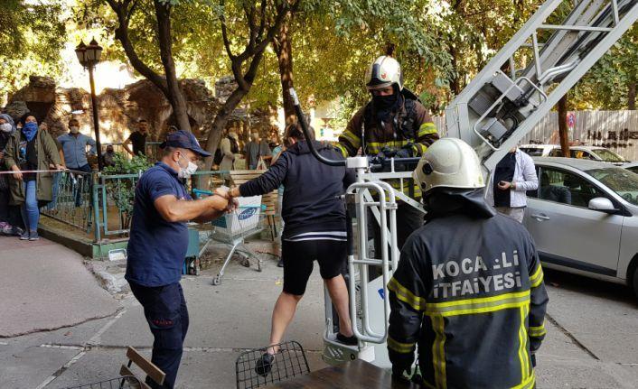 Kocaeli'de yangında evlerinde mahsur kalan 6 kişiyi itfaiye kurtardı