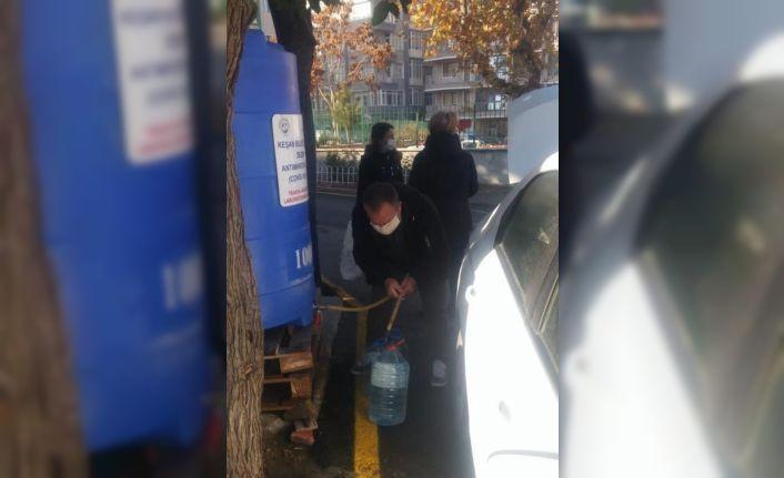 Keşan'da vatandaşlara günde 2 bin litre dezenfektan dağıtılıyor