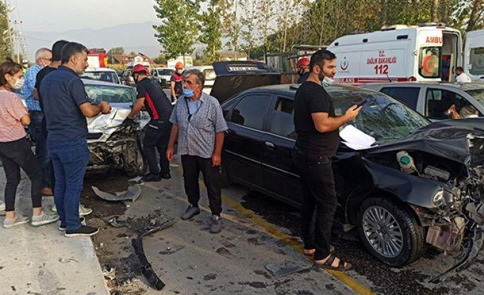 Sakarya'da 3 aracın çarpıştığı kazada 2 kişi yaralandı