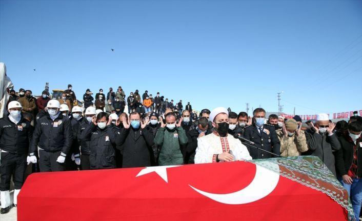 Silahının ateş alması sonucu hayatını kaybeden polis memurunun cenazesi Erzurum'da toprağa verildi