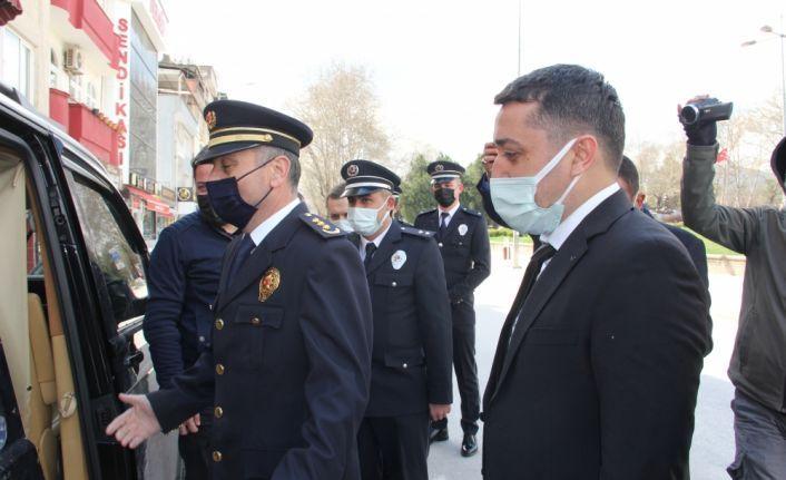"""Bursa'da gazetecilerden """"silah yüklü araç"""" ihbarına giden polis ekiplerine sürpriz kutlama"""