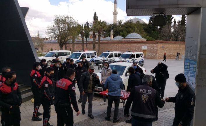 """Kocaeli'de gazeteciler  """"kavga"""" ihbarına gelen polislere sürpriz kutlama yaptı"""